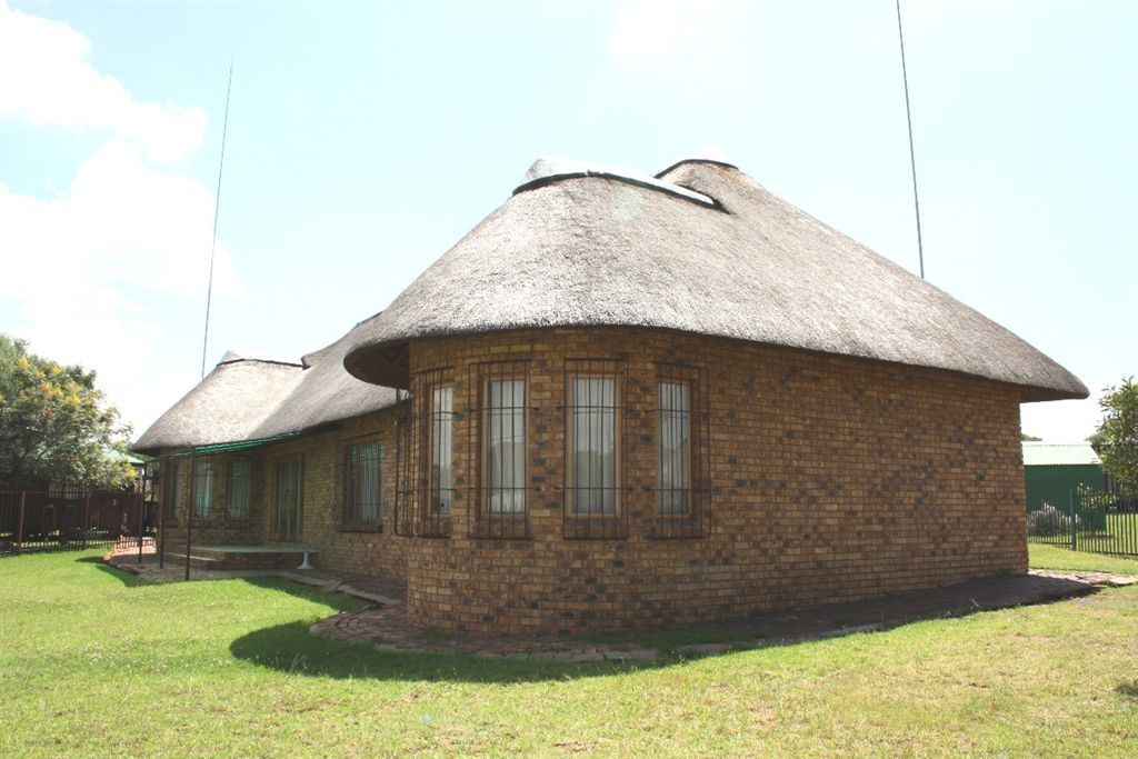 Spacious Thatch at the Vaaldam