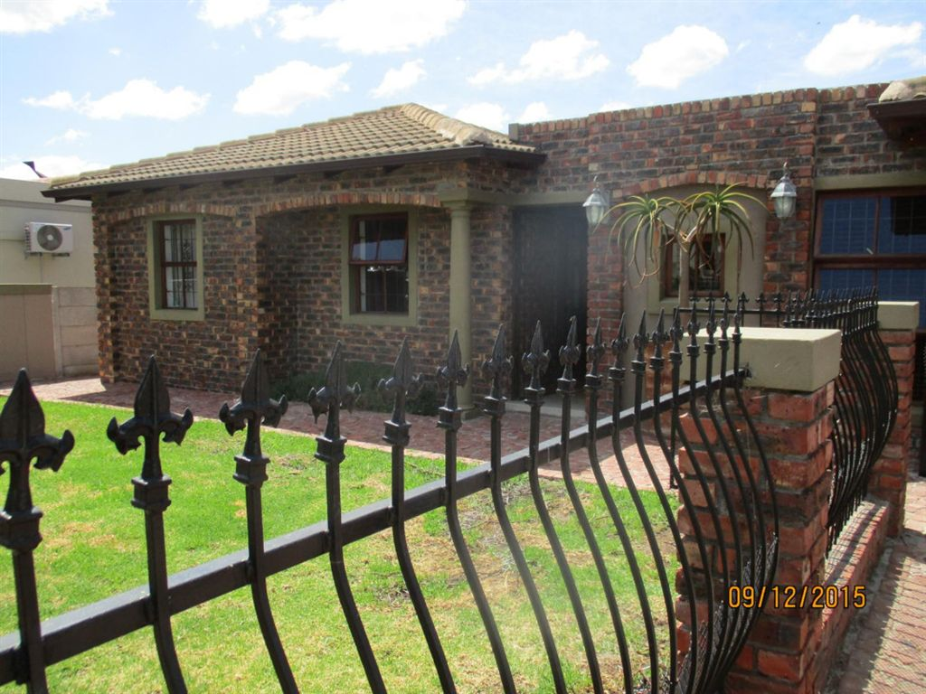 4 Bedroom House in Uitzicht Estate, Durbanville