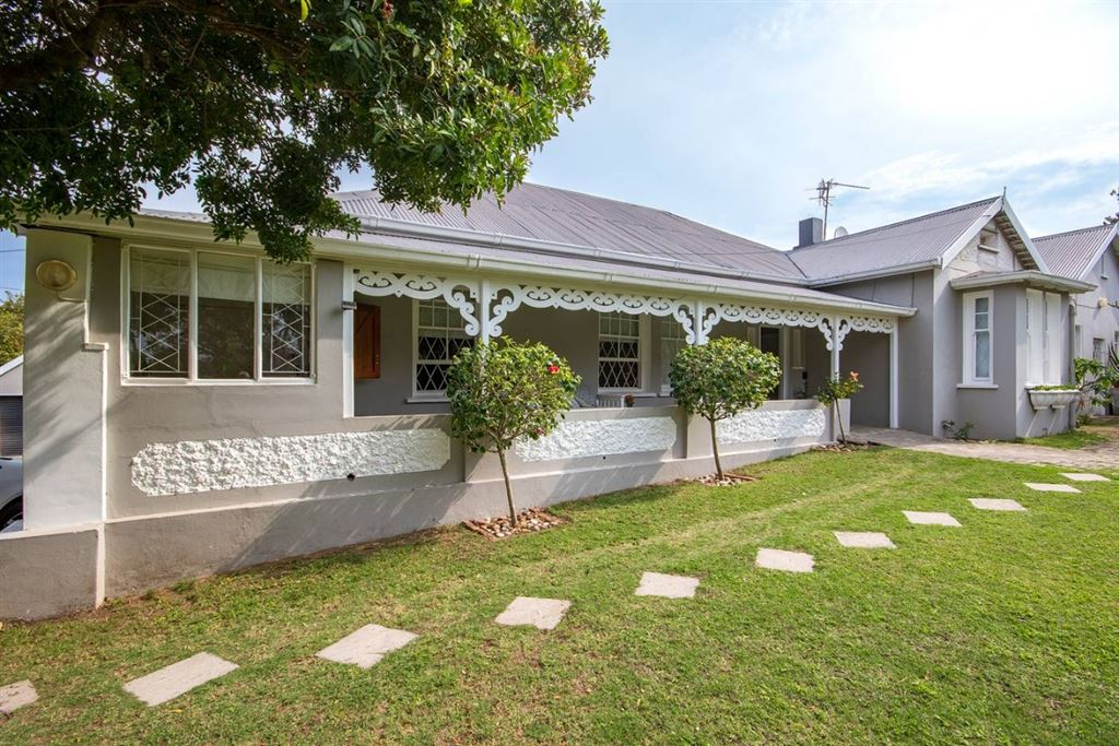 Three Bedroom Home With 2 Flats on East Bank in Port Alfred