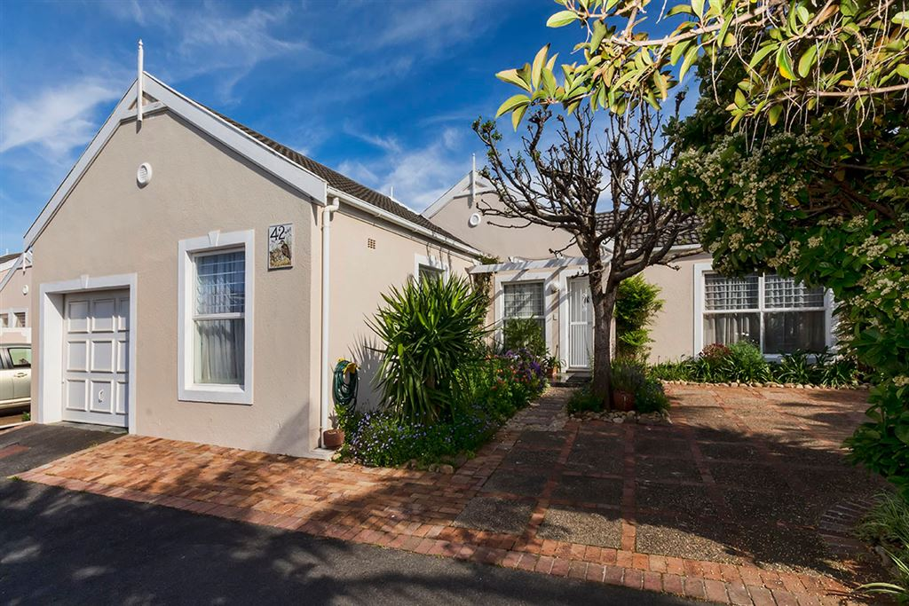 Single storey townhouse in popular complex