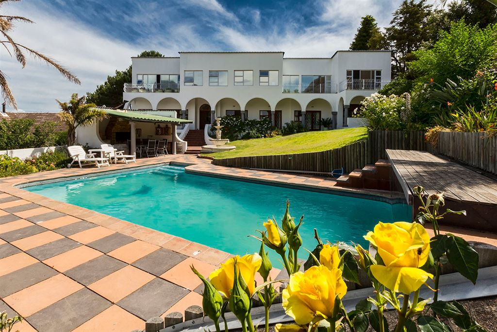 Large versatile Mediterranean syle home in Heldervue