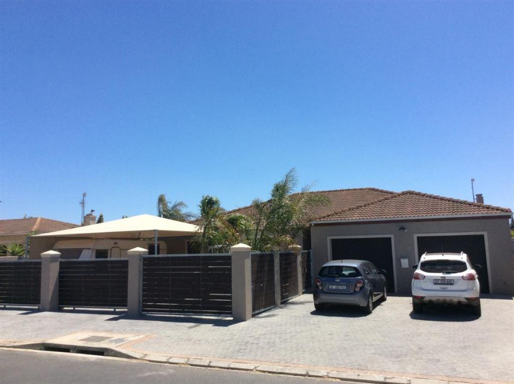 5 Bedroom, 3 Bathroom house in Uitzicht Durbanville.
