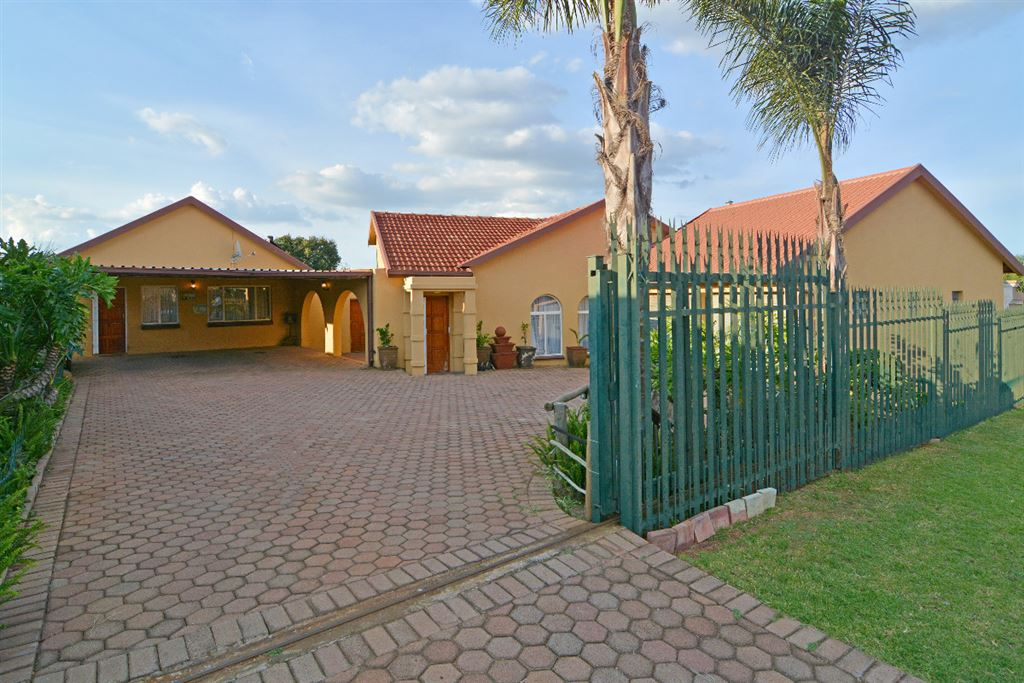 *** Upgraded Home With A Flatlet***
