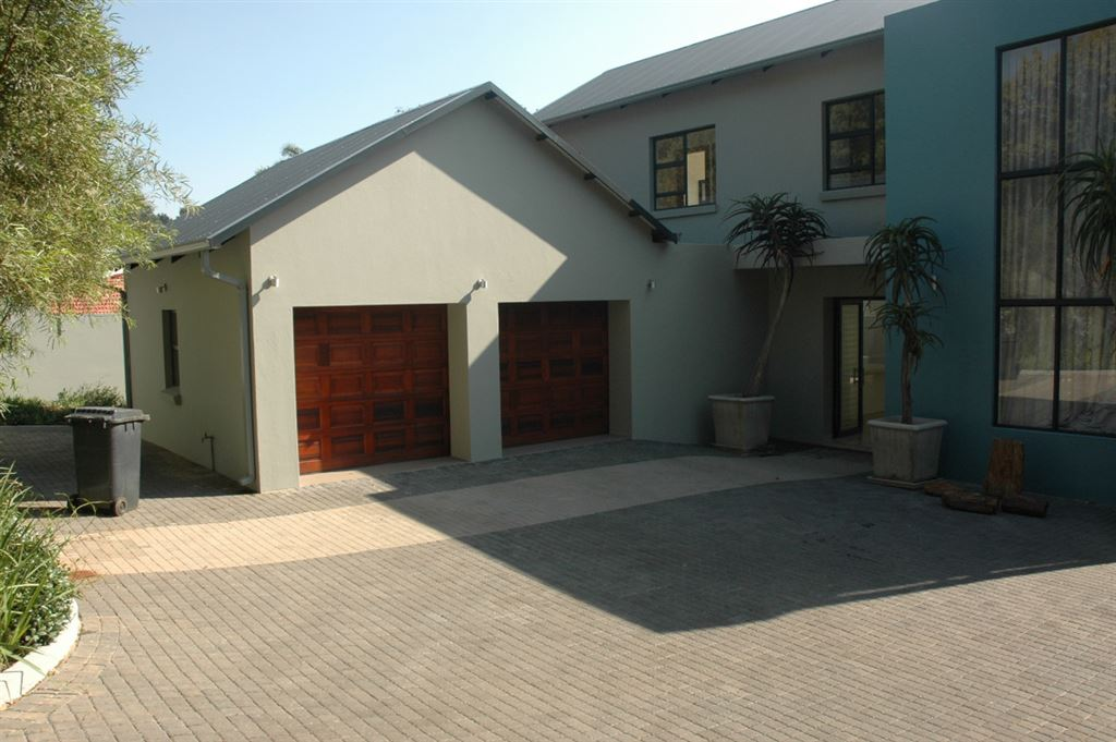 4 bedroom lock-up and go in secure area - Waterkloof Heights