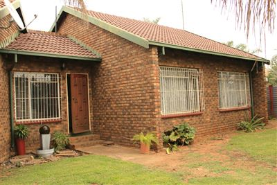 Property and Houses for sale in Booysens, House, 3 Bedrooms - ZAR 1,050,000