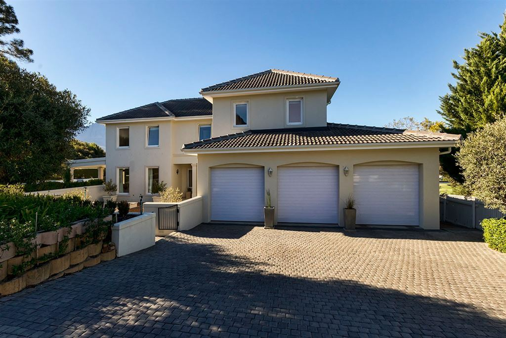 Incredible Views In Sought After Erinvale, Somerset West!