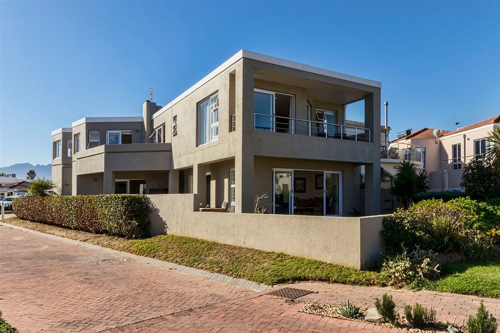 Secure Home By The Beach in Harbour Island, Gordon's Bay!