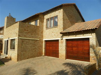 Townhouse for sale in Ruimsig Ah