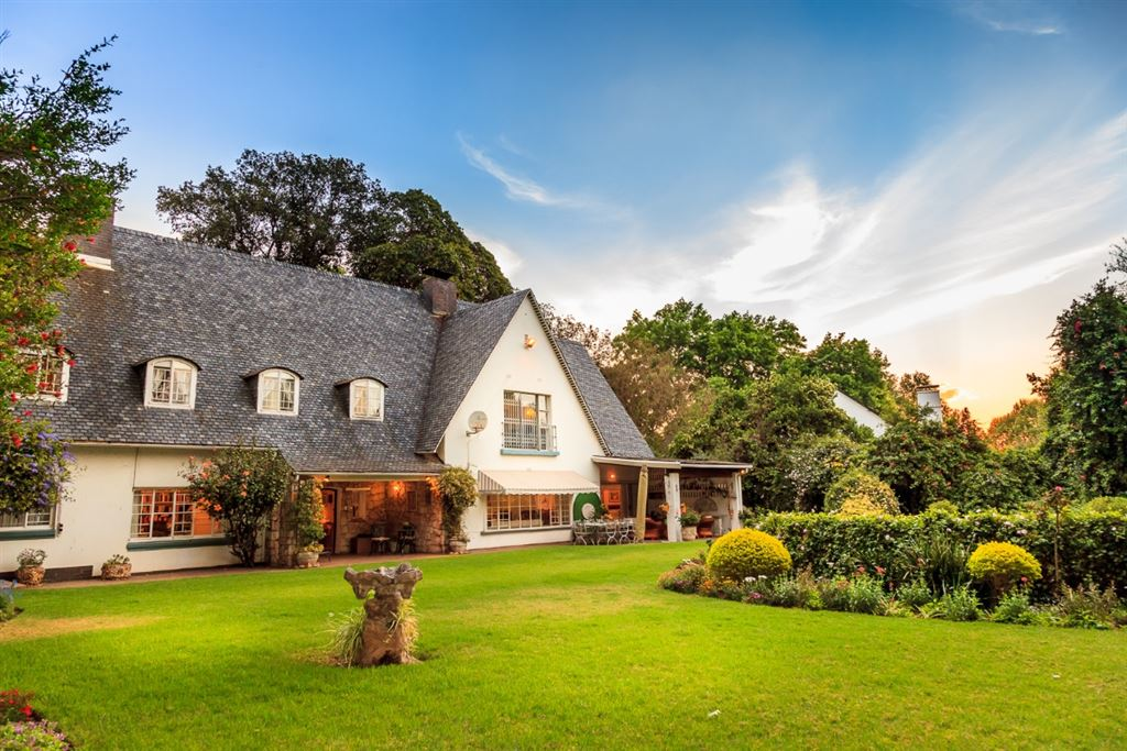 Gorgeous Colonial double storey slate pitched roof house