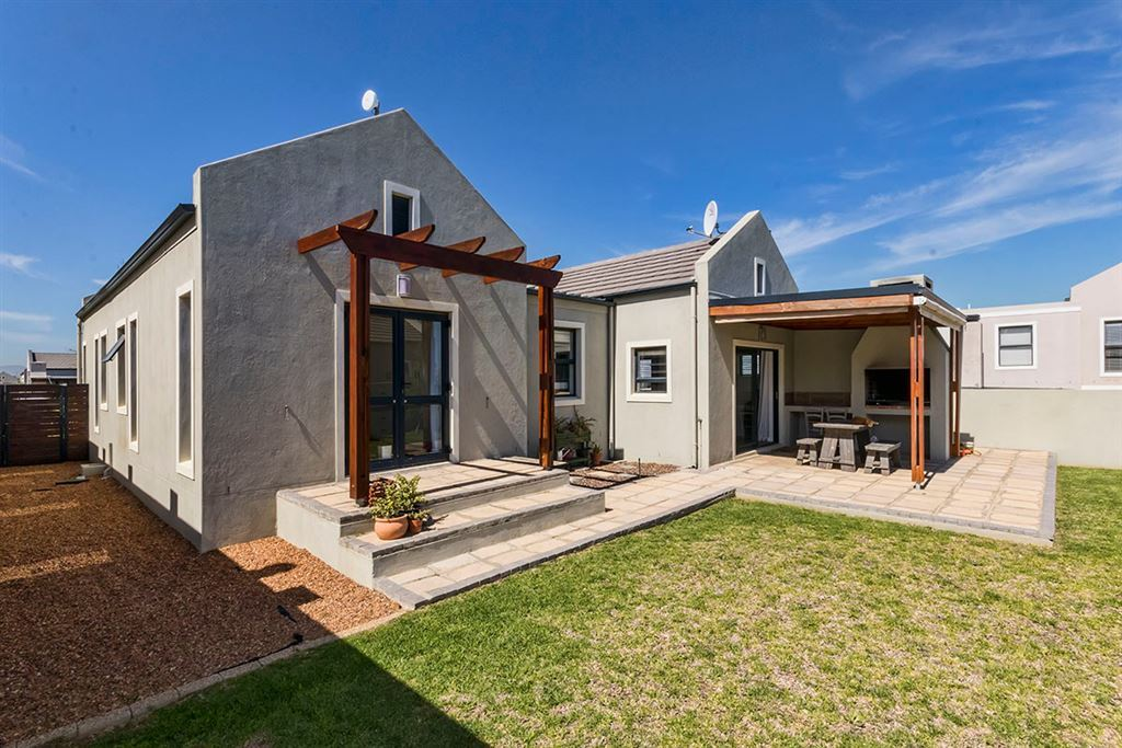 Neat with Rustic Charm in Country Village, Somerset West