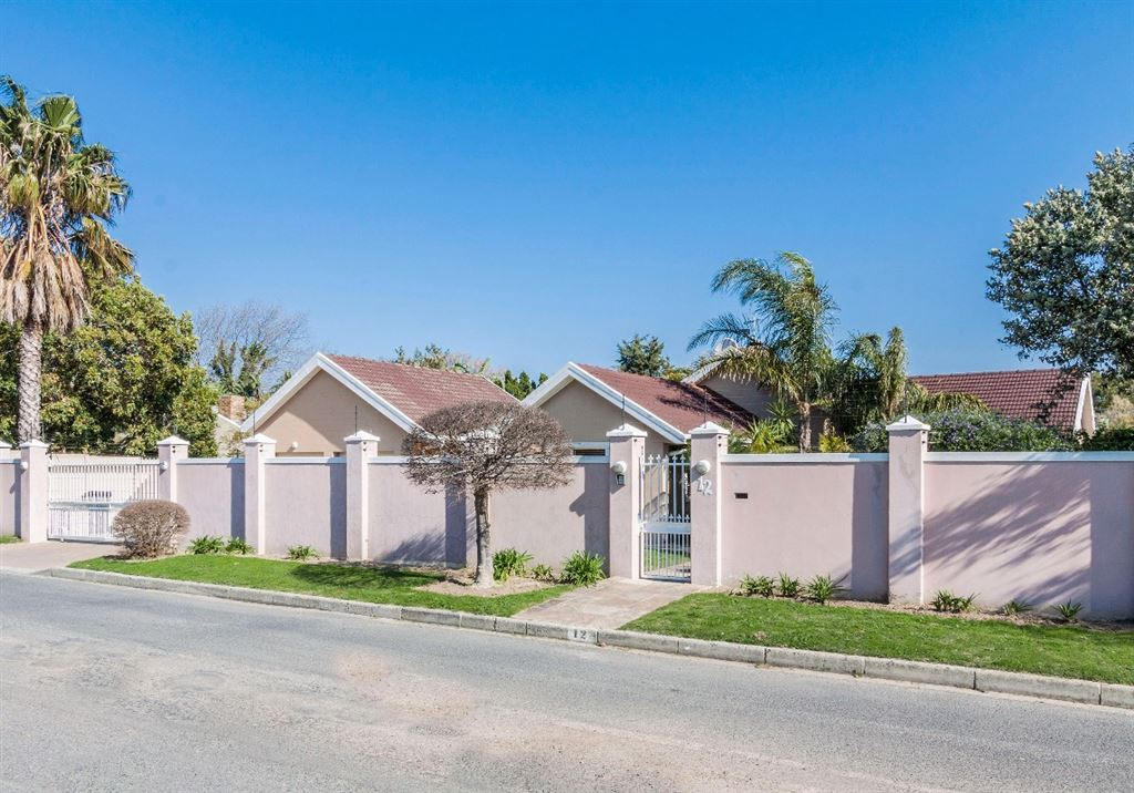 Large family home with excellent security in Somerset West