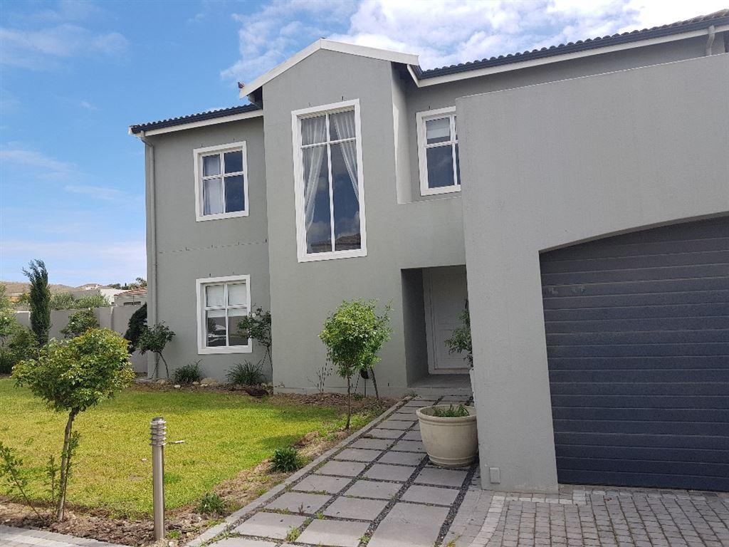 Ultra modern 3 bedroom family home to let in Avalon Estate
