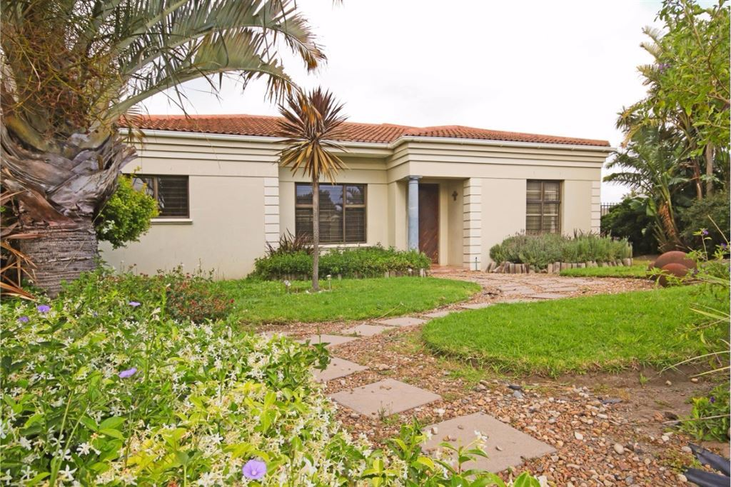 Modern living in secure estate, Somerset West