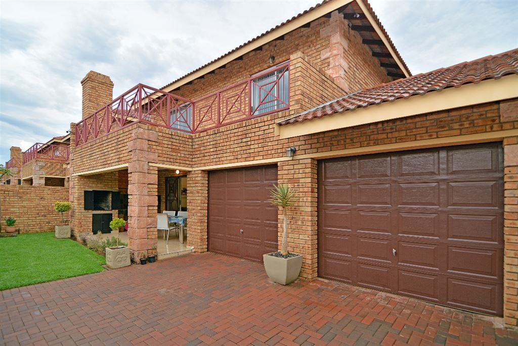 Upgraded Unit in Sought after Ruimsig Manor