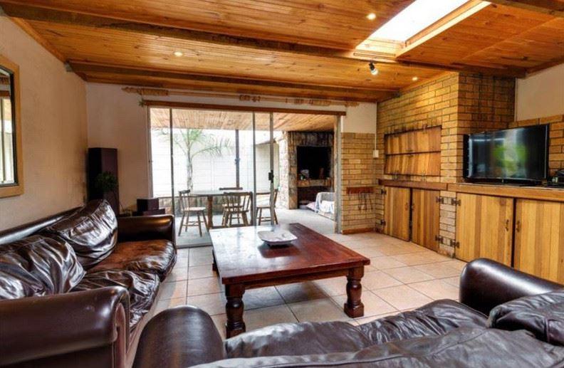 5 Bedroom, 3 bath, Flat let & Pool, 3 garages, Kraaifontein