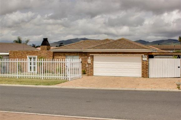 3 Bedrooms, 2 Bathrooms 2 Garages - Protea Heights