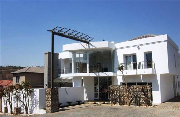 Ultra Modern home in security estate - Waterkloof Ridge!