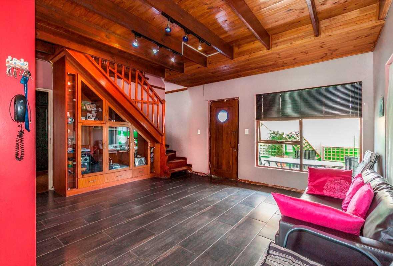 Cozy Double Storey Gordon's Bay Home - Pretty as a Picture!