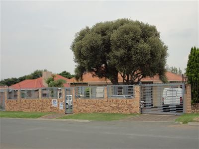 Property and Houses for sale in Robertsham, House, 4 Bedrooms - ZAR 1,500,000