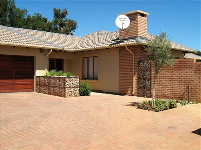 Property and Houses for sale in Equestria, Townhouse, 3 Bedrooms - ZAR 2,450,000