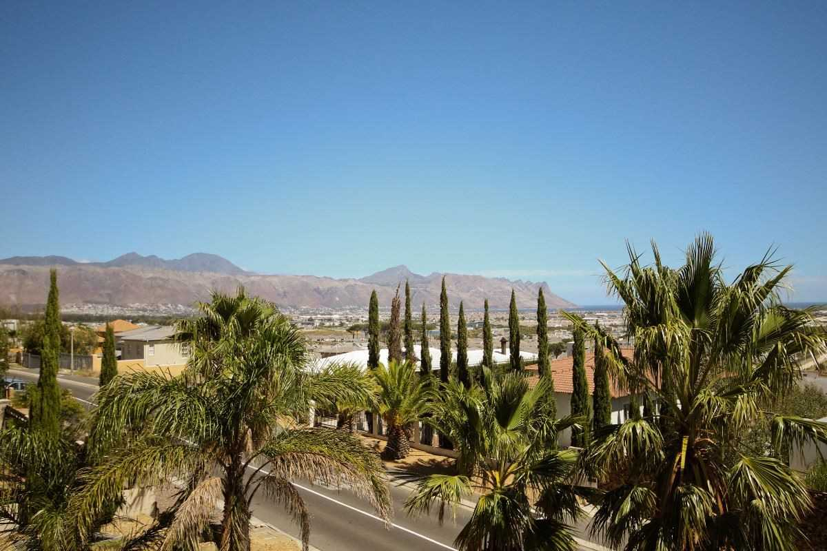 Large family home with sea and mountain views, Somerset West
