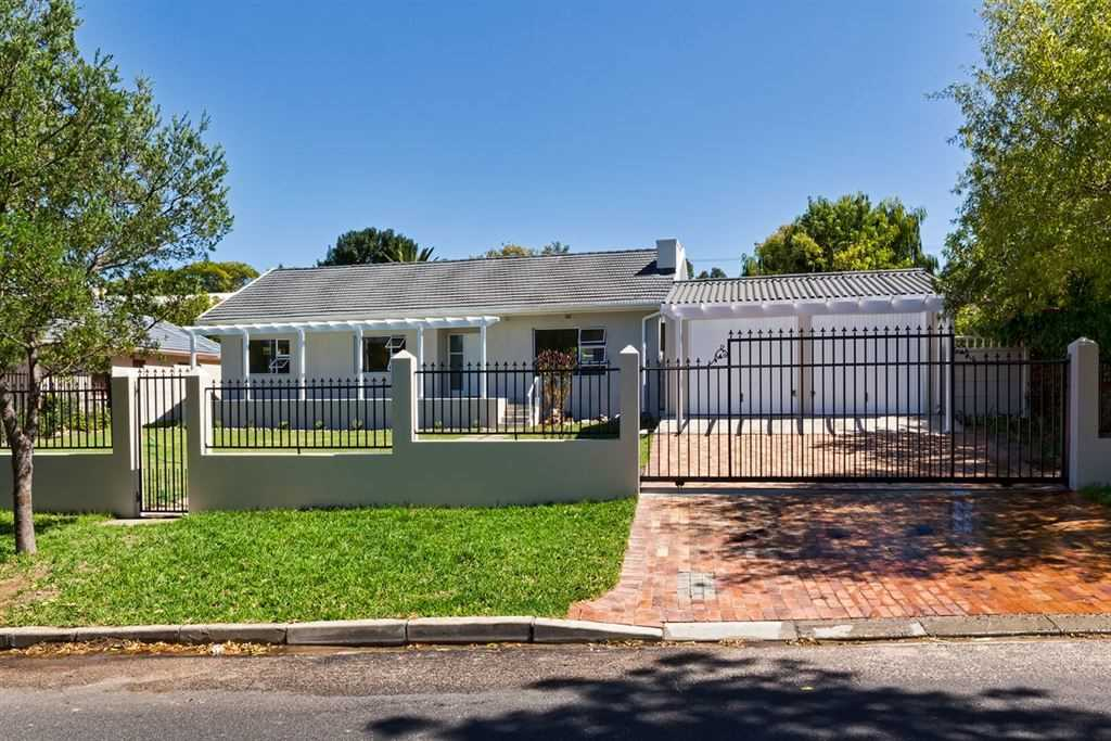 Have it your way! Renovated home on large plot in Briza.