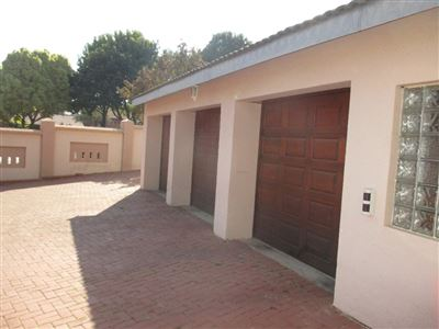 Property and Houses for sale in Garsfontein, House, 4 Bedrooms - ZAR 2,910,000