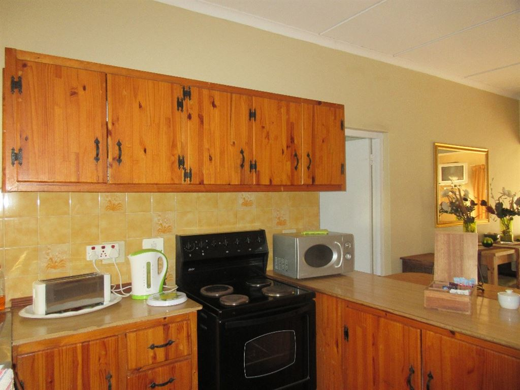 Main cottage Kitchenette with built-in cupboards