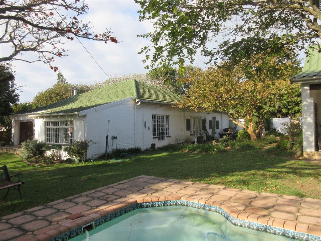 Main dwelling set apart from the two cottages for total privacy