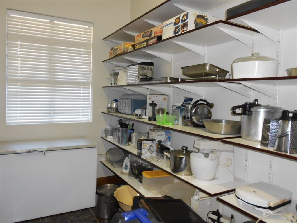 Pantry with ample space.