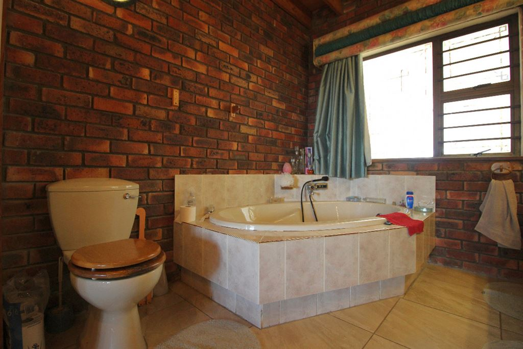 En suite of the master suite of the lodge