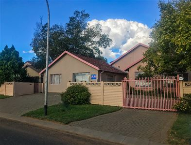Bloemfontein, Fauna Property  | Houses For Sale Fauna, Fauna, House 3 bedrooms property for sale Price:1,180,000