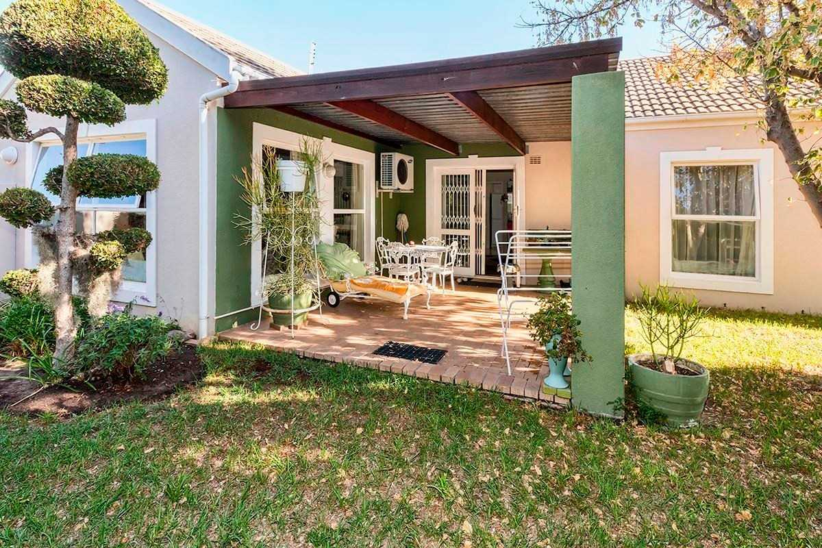 Large townhouse with beautiful garden in Somerset West
