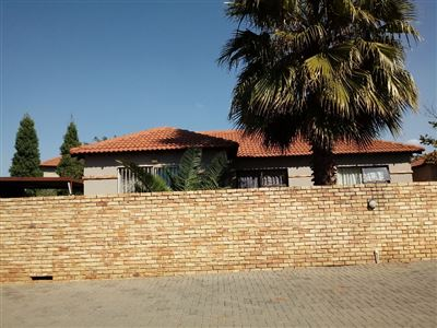 Property and Houses for sale in Heuwelsig Estate, Townhouse, 3 Bedrooms - ZAR 1,060,000