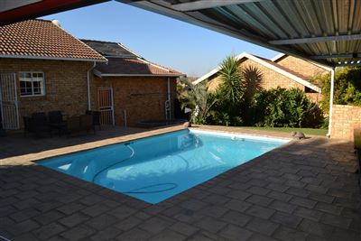 Property and Houses for sale in Thatchfield Estate, House, 3 Bedrooms - ZAR 2,075,000