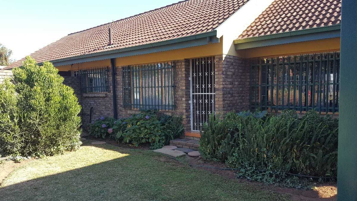 3 bedroom, 2 bathroom house in Panorama Road!Priced to sell!