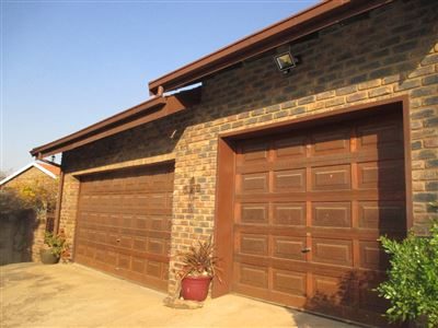 Property and Houses for sale in Garsfontein, House, 3 Bedrooms - ZAR 2,050,000