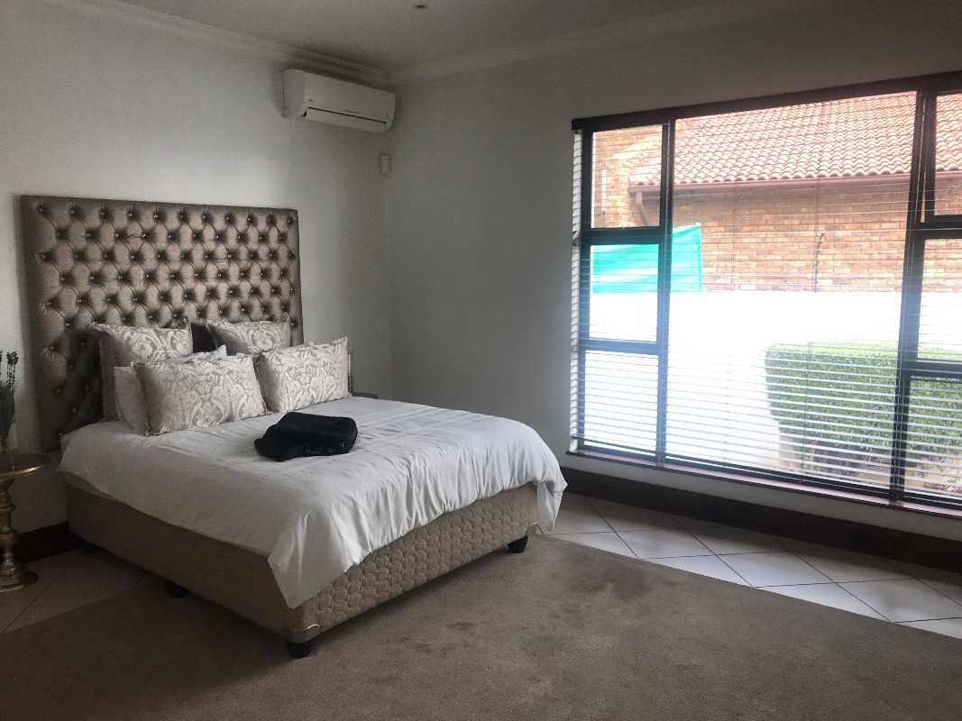 3rd bedroom with blinds