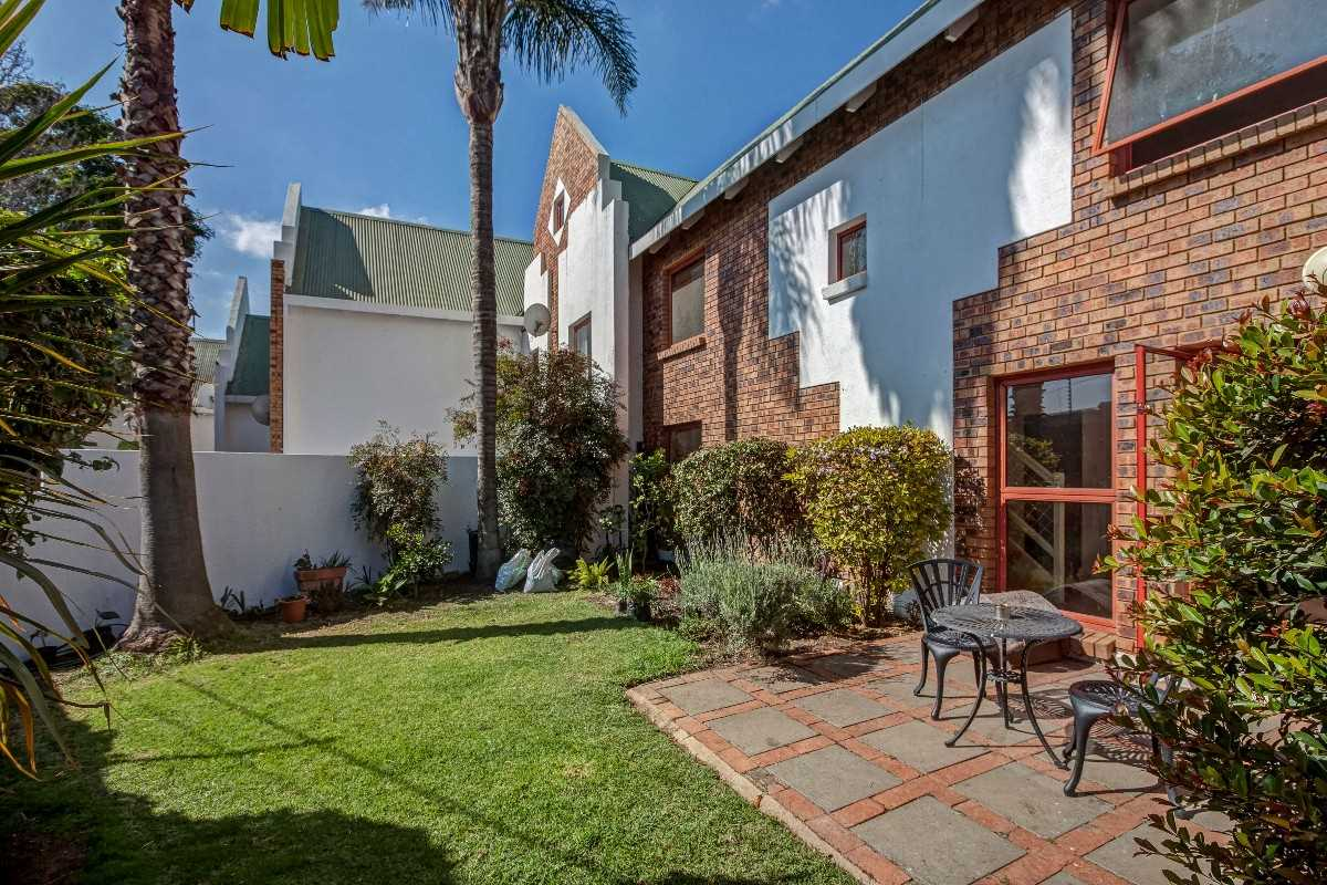 Spacious,  2 bed, 2 bath pet friendly townhouse in Fourways.
