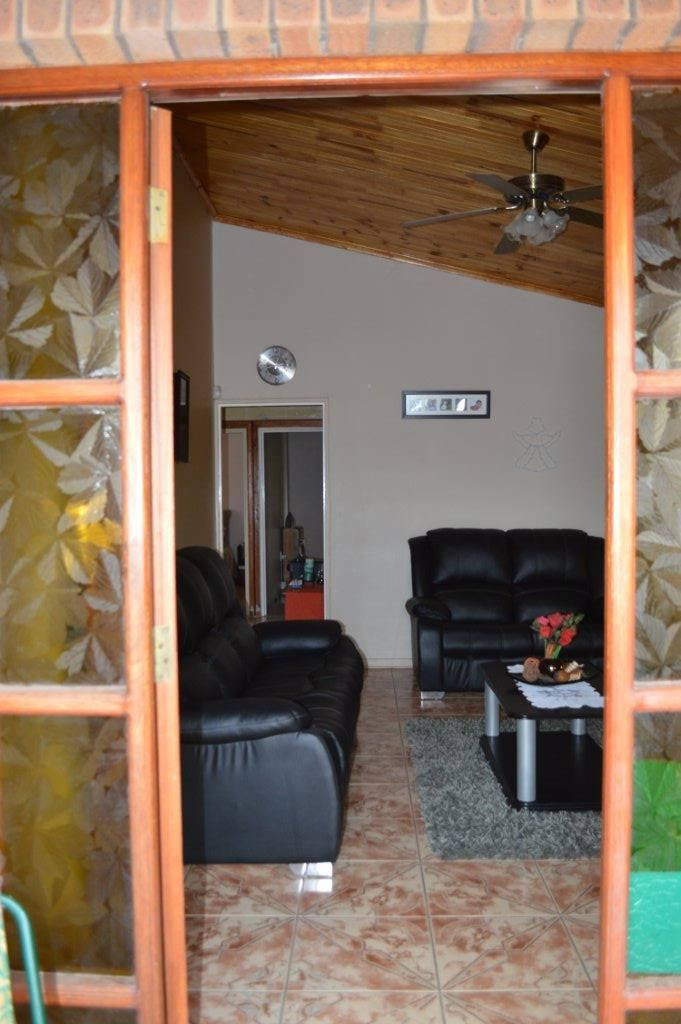 Front entrance leading into lounge