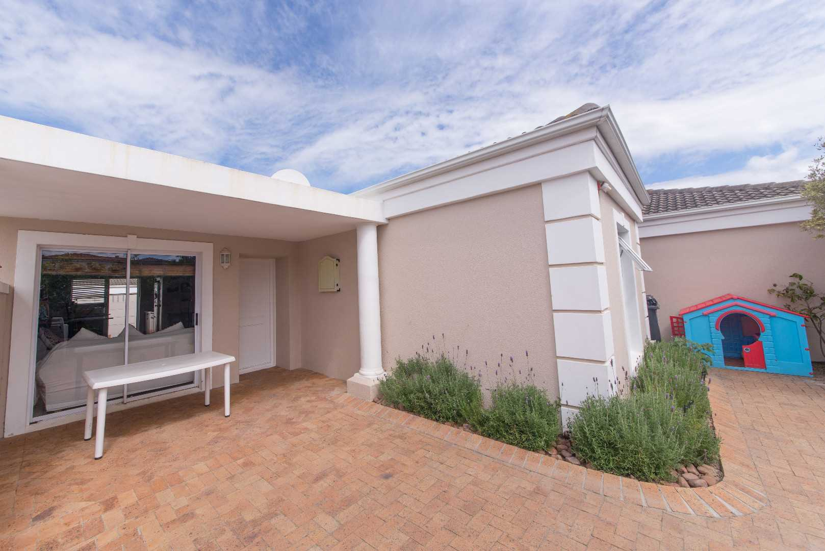 Immaculate 3 bedroom townhouse in Somerset Ridge