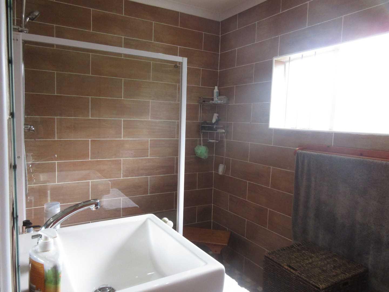 Master bedroom en-suite bathroom with shower