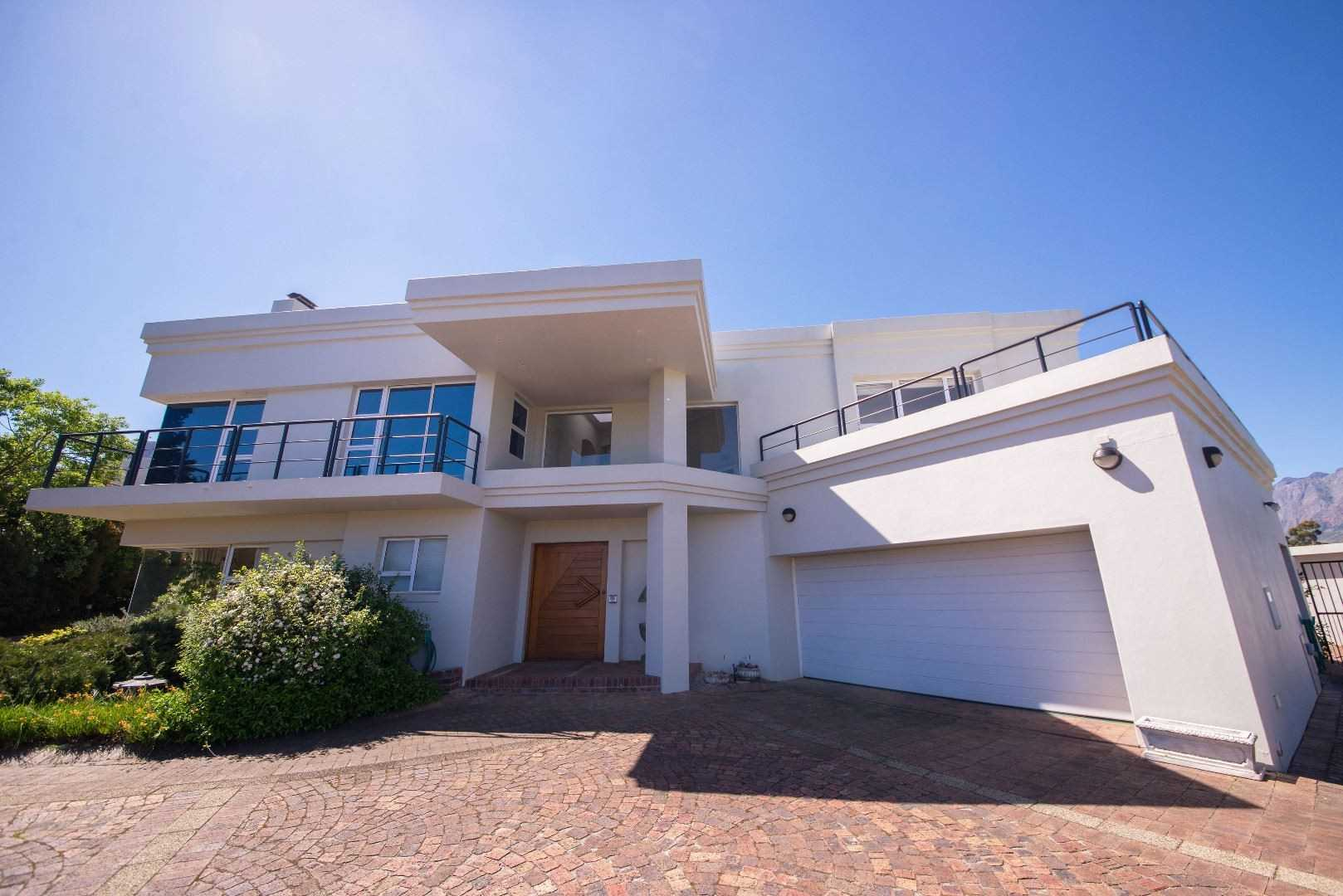 Spectacular Views and Privacy in Erinvale Golf Estate!