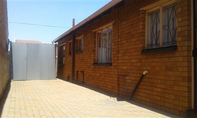 Property and Houses for sale in Tokoza, House, 3 Bedrooms - ZAR 620,000