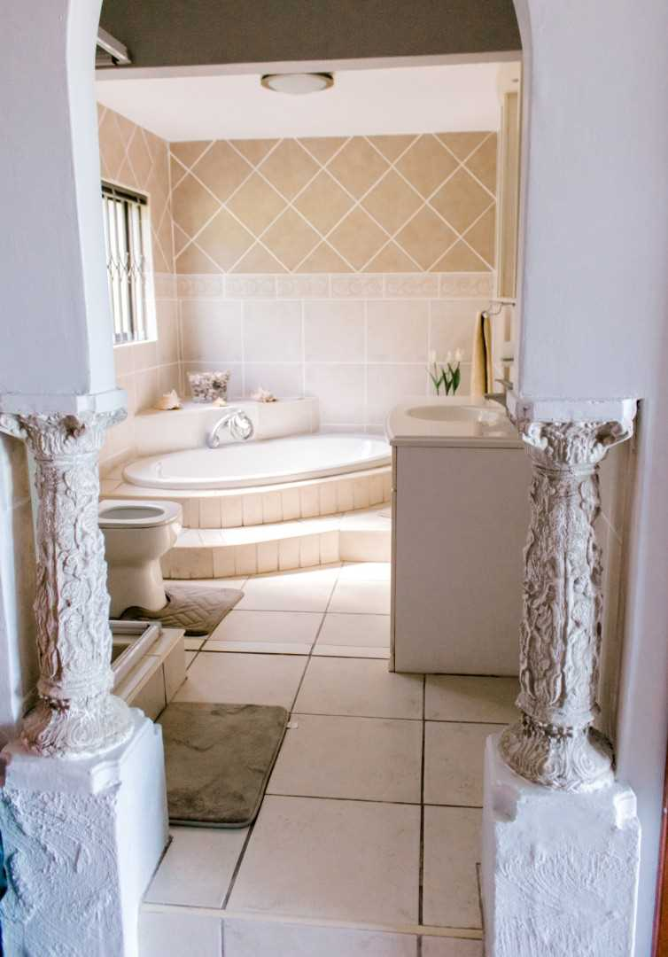 Main house's en-suite bathroom