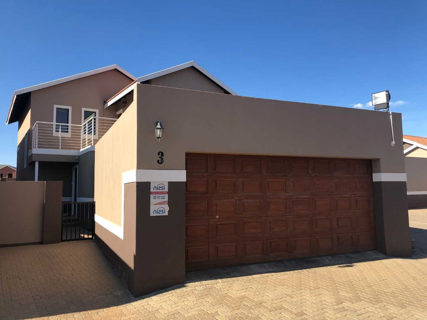 3 Bedroom unit with 3 bathrooms open plan living rooms with kitchen and double garage - spacious garden