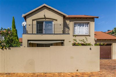 Townhouse for sale in Willowbrook