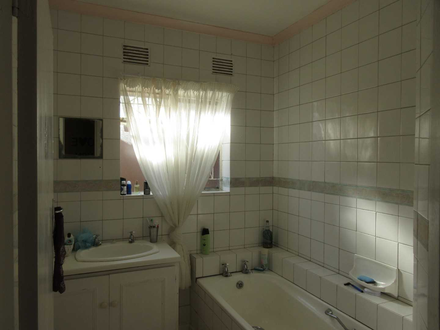 Main bathroom in left wing with bath