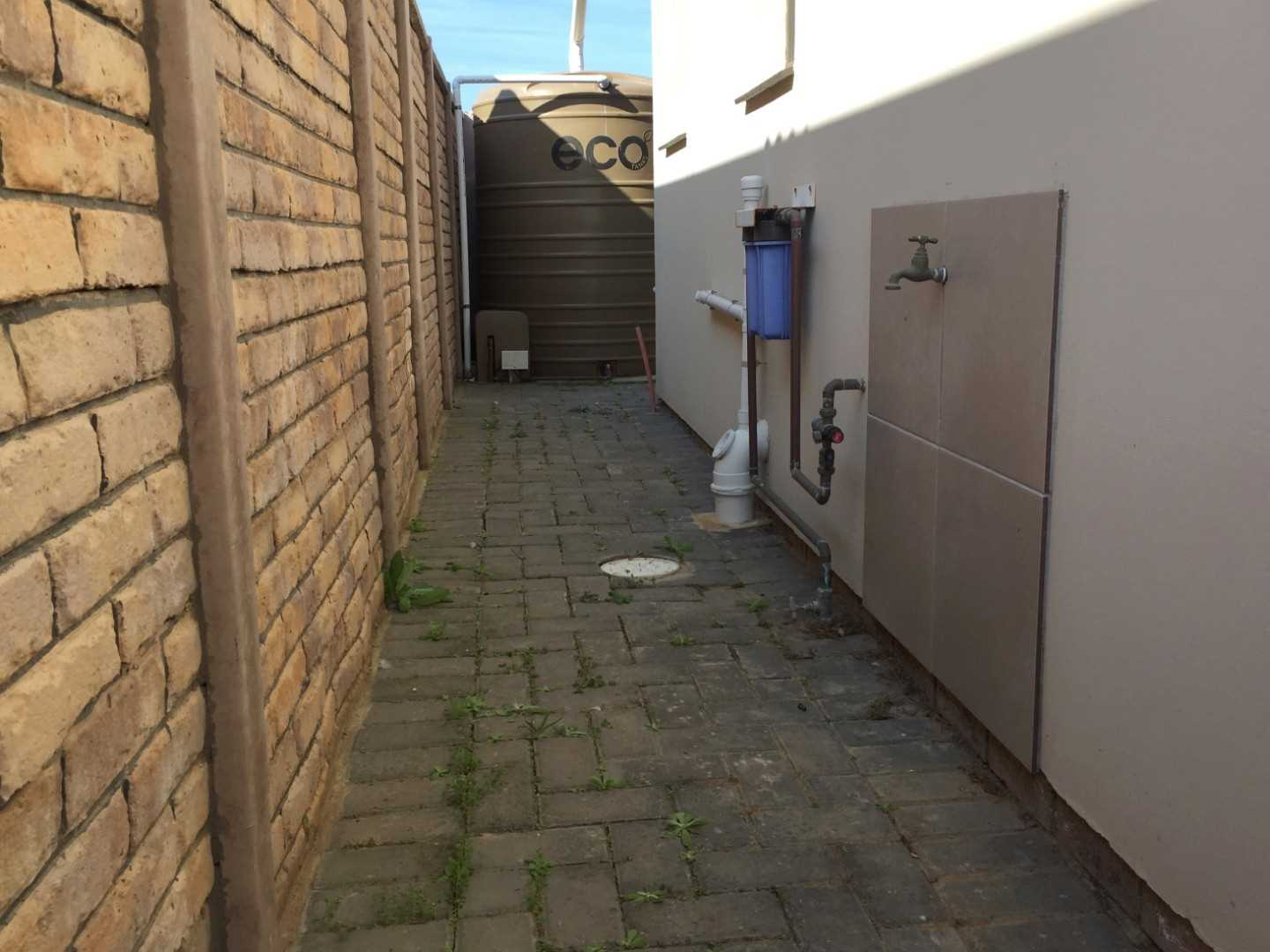 Passageway next to the house