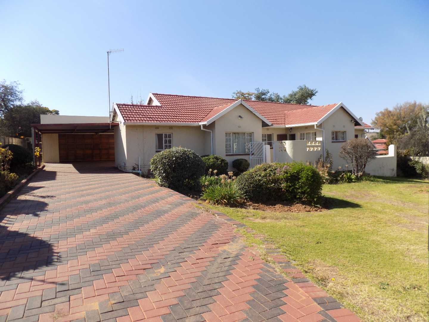 Good 3 Bedroom home in Alan Manor with Pool.